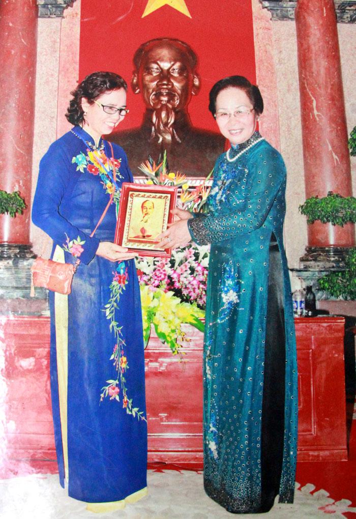 Phó Chủ tịch nước Nguyễn Thị Doan tặng quà lưu niệm cho lương y Nguyễn Quý Thanh