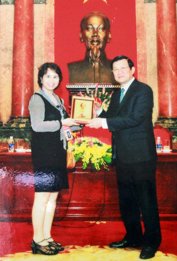 Chủ tịch nước Trương Tấn Sang tặng quà lưu niệm cho lương y Nguyễn Quý Thanh